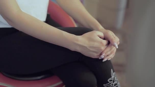 pomalý pohyb dáma pěkné ruce s růžovou manikúru na kolenou