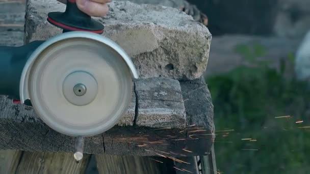 Zavřít pohled kotoučové pily řezný kus kovové tyče na stole