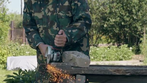 ezerférfi darabok része fém rúd a kerítés asztal udvaron