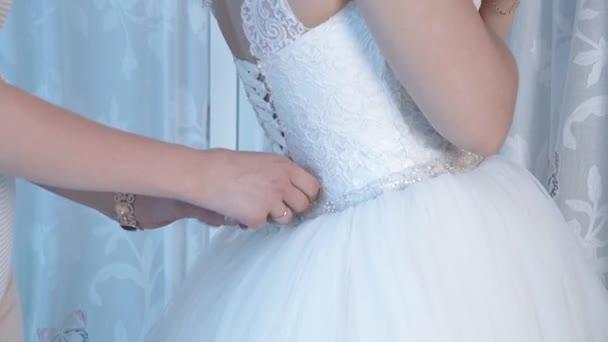 menyasszony menyasszony segít a menyasszony hord egy esküvői ruha, közelközeli