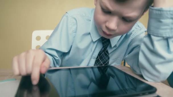 Cu, követés: tanuló dolgozik egy tabletta számítógépen, nem tanulságok, fejtetőre oldalak
