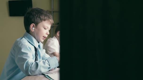 kisfiúk, nem a házi feladatot. Ezek egyike teszi a rajzot a jegyzetfüzetbe