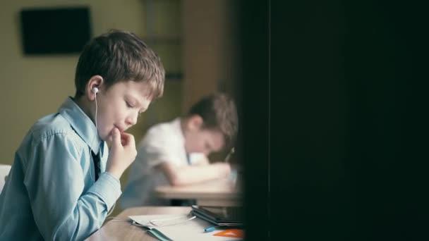 Diákok, kisfiúk, nem a házi feladatot