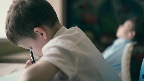 Cu: gyerekek a házi feladatot, az egyik ül az asztalnál notebookok