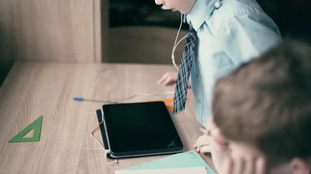 Cu: iskolás, kisfiú, nem a házi feladatot
