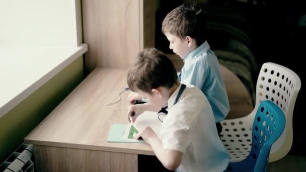 Diákok, kisfiúk, nem a házi feladatot.