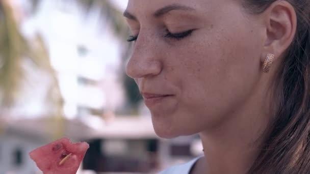 csodálatos hölgy arany fülbevaló eszik görögdinnye szelet