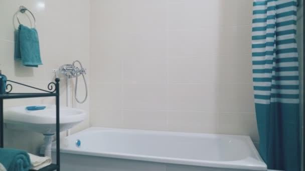 belső tér elegáns fürdőszoba türkiz tartozékok