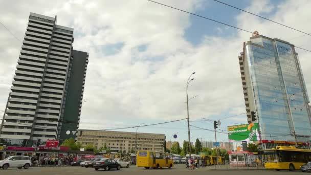 Každodenní provoz městské dopravy a nebe s běžícím mraku