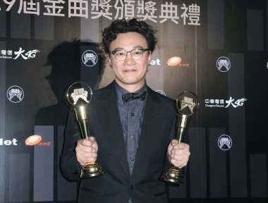 **TAIWAN OUT**Taiwanese singer Lala Hsu Chia-ying (left) and Hong Kong singer Eason Chan pose with their respective trophies after winning The Best Female and Male Vocalist Mandarin during the 29th Golden Melody Awards Ceremony in Taipei, Taiwan, 23