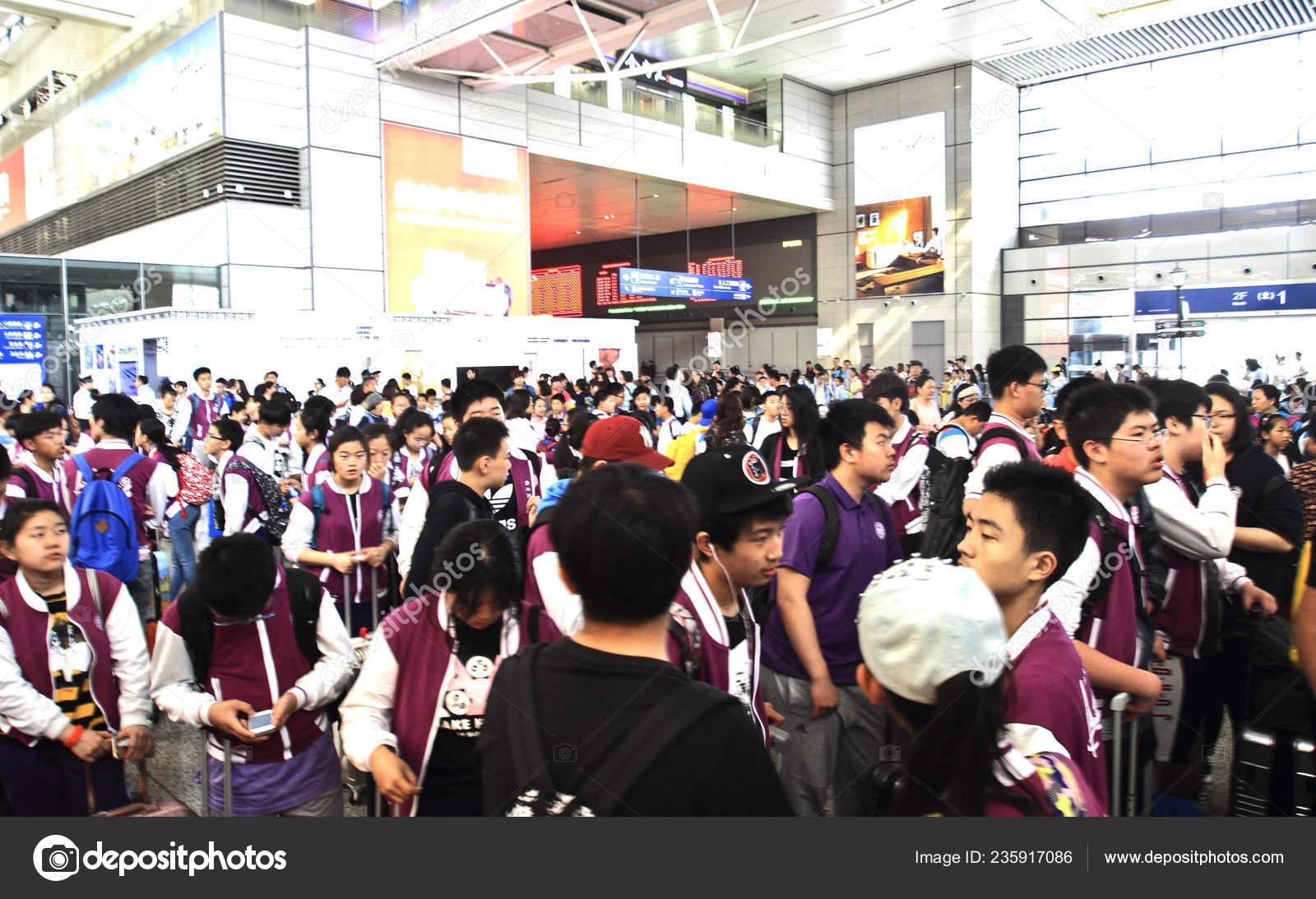 Passengers Crowd Hongqiao Railway Station Labor Day Holiday Shanghai