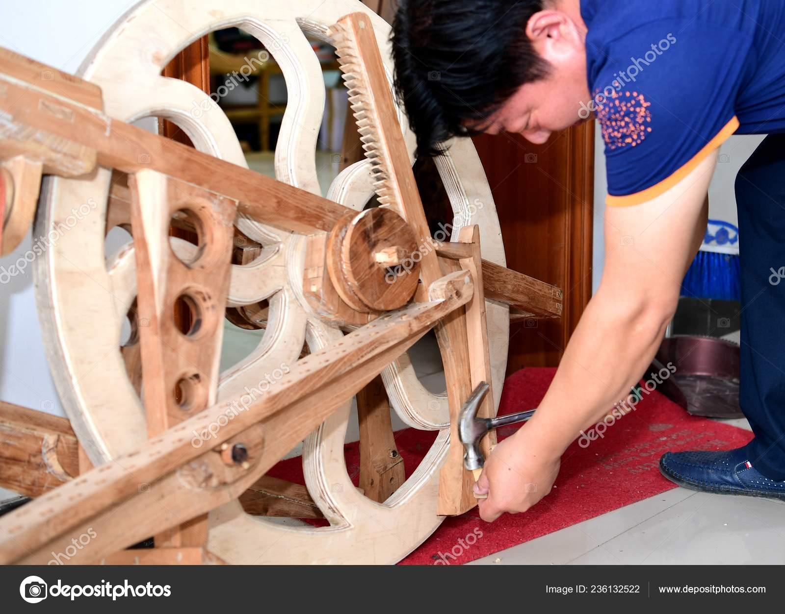 Chino Shen Hao Revisa Bicicleta Madera Casera Con Una