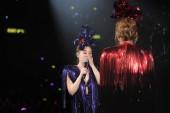 gillian chung, back, und charlene choi von hong kong pop duo twins spielen während ihres konzerts im hong kong coliseum, allgemein bekannt als hung hom coliseum, in hong kong, china, 4. januar 2016.