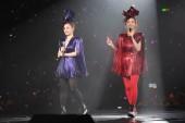 gillian chung, links, und charlene choi von hong kong pop duo twins spielen während ihres konzerts im hong kong coliseum, gemeinhin als hung hom coliseum bekannt, in hong kong, china, 4. januar 2016.