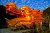 Egy hatalmas sárkány szobor fut fel a Tianzi-hegy oldalán ezen a környéken: a 399 méter hosszú üveg sétány díszített piros lámpák és szerencsés táskák Qingyuan City, Dél-Kínai Guangdong tartomány, 2019. január 23.
