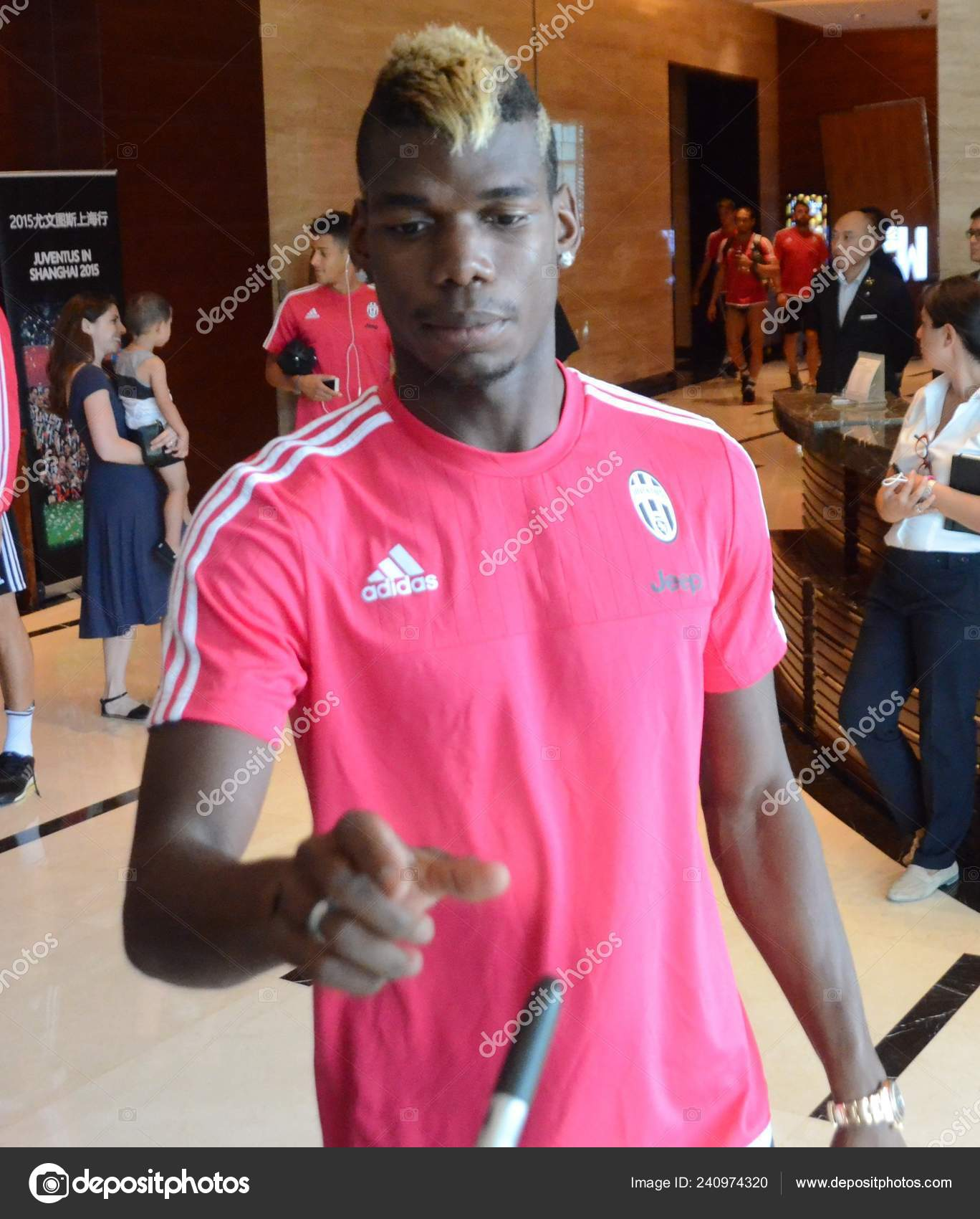 size 40 3f488 c0962 Paul Pogba Juventus Signs Autographs Leaves Hotel Teammates ...