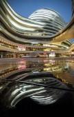 Éjszakai kilátás a Galaxy Soho által kifejlesztett Soho Kína Pekingben, Kínában, március 31, 2014.