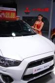 modell jelent egy Mitsubishi autó során egy autóipari kiállítás Haikou város, Dél-kínai Hainan tartomány, 2 április 2015