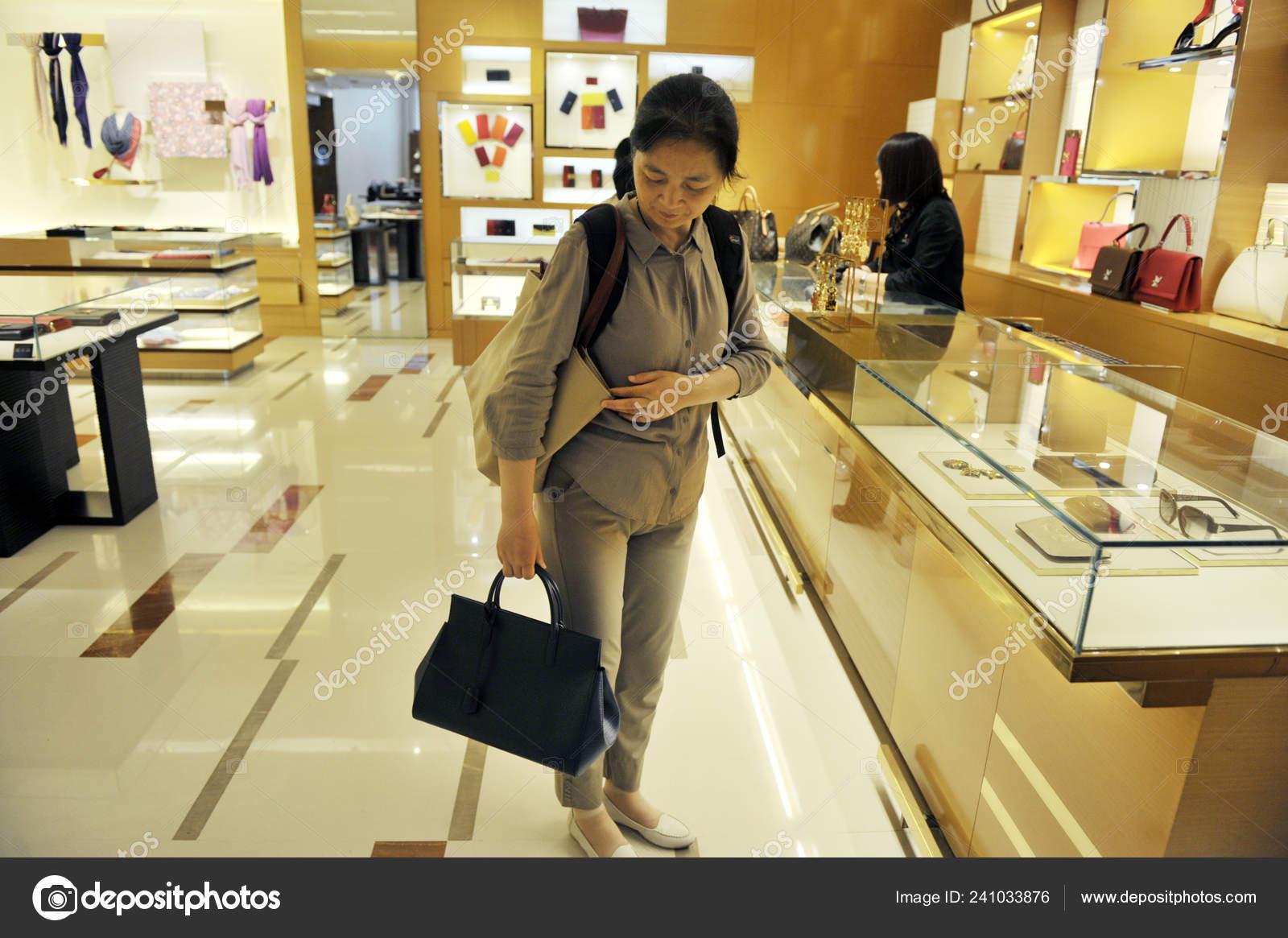 576a001fa Archivo--una tiendas de cliente para un bolso en la tienda de moda de Louis  Vuitton (Lv) en un centro comercial en la ciudad de Nanjing, provincia de  ...
