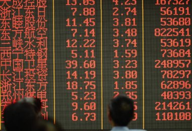 Chinese investors look at prices of shares (red for price rising) at a stock brokerage house in Hangzhou city, east China's Zhejiang province, 27 August 2015