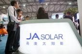 Az emberek látogatása a stand ja Solar során Snec (2014) a nemzetközi fotovoltaikus energiatermelés konferencia reggeli, ismert Snec PV Power Expo 2014, a Shanghai, Kína, 21 May 2014.