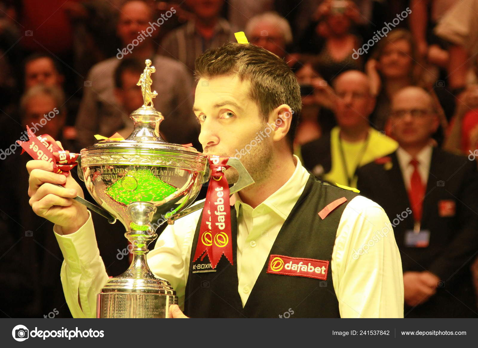 Mark Selby England Kisses His Champion Trophy Defeating Ronnie ...