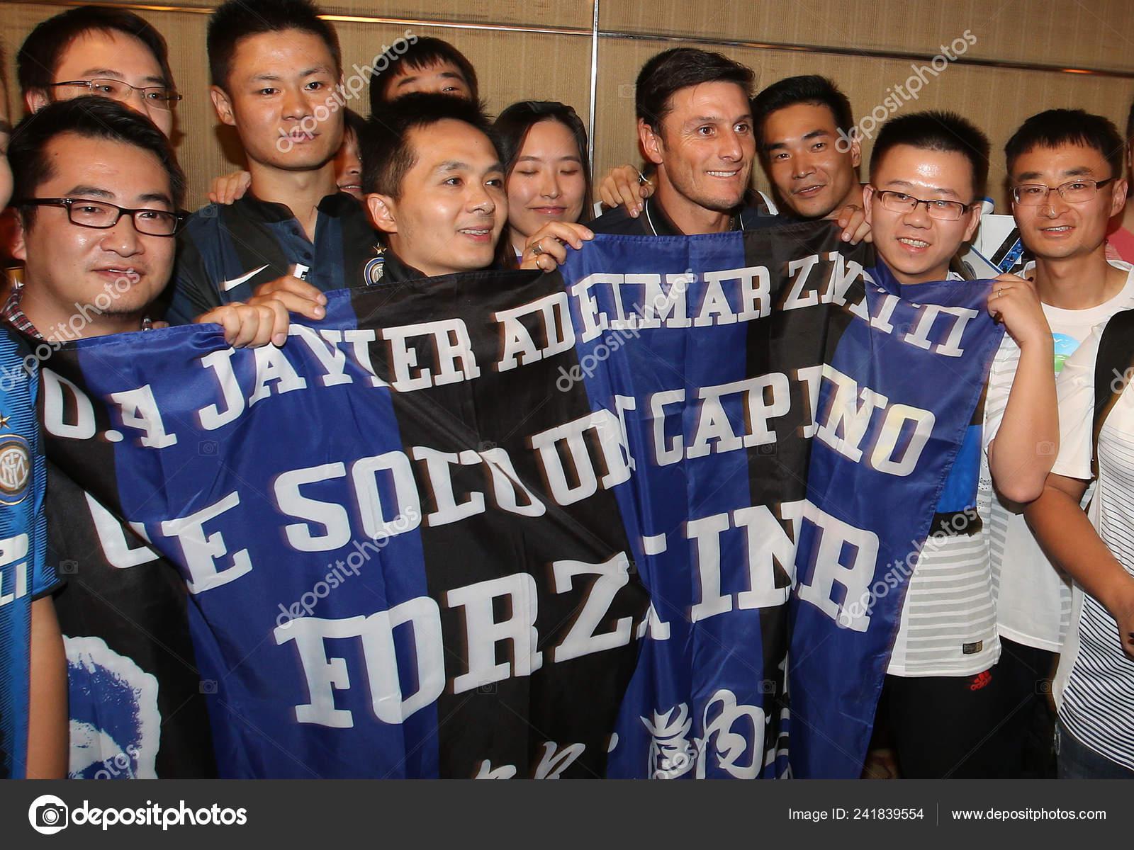 Futbolista Argentino Javier Zanetti Cuarto Derecha Posa Con Los Fans ...