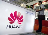 ----People visit the stand of Huawei during an expo in Nanjing city, east Chinas Jiangsu province, 5 September 2011