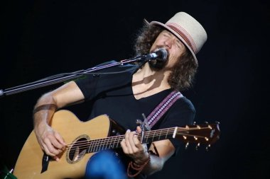 U.S. singer Jason Mraz perform in his concert at the Shanghai Grand Stage in Shanghai, China, 14 June 2012.