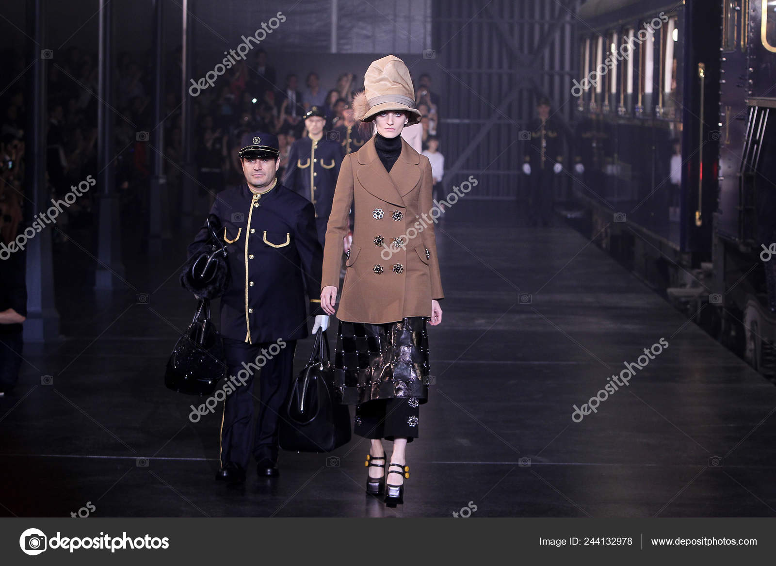 a5196b2a5e7f Модели Ходить Louis Vuitton Express Отображать Новые Коллекции ...