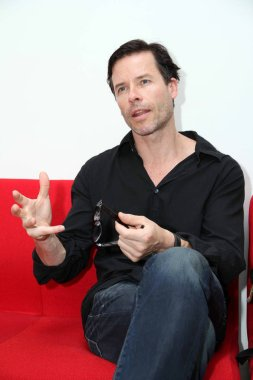 Australian actor Guy Pearce speaks at a meeting with local students to promote the movie, 33 Postcards, at Fudan University in Shanghai, China, 20 June 2011.