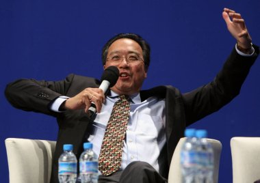 Renowned cellist Yo-Yo Ma speaks during the US-China Forum on Arts and Culture in Beijing, China, 17 November 2011.