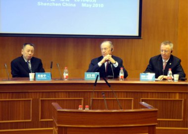 (From left) Xiao Suining, the newly-appointed Chairman of Shenzhen Development Bank, Frank Newman, former Chairman of Shenzhen Development Bank, and Richard Jackson, the newly-appointed President of Shenzhen Development Bank, are seen during a press