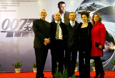 (from left to right) Hollywood producer Michael .G.Wilson, director Martin Campbell, actor Daniel Craig, actress Eva Green and a partner arrive for the premiere of the latest James Bond film Casino Royale in Shanghai, 30 January 2007.