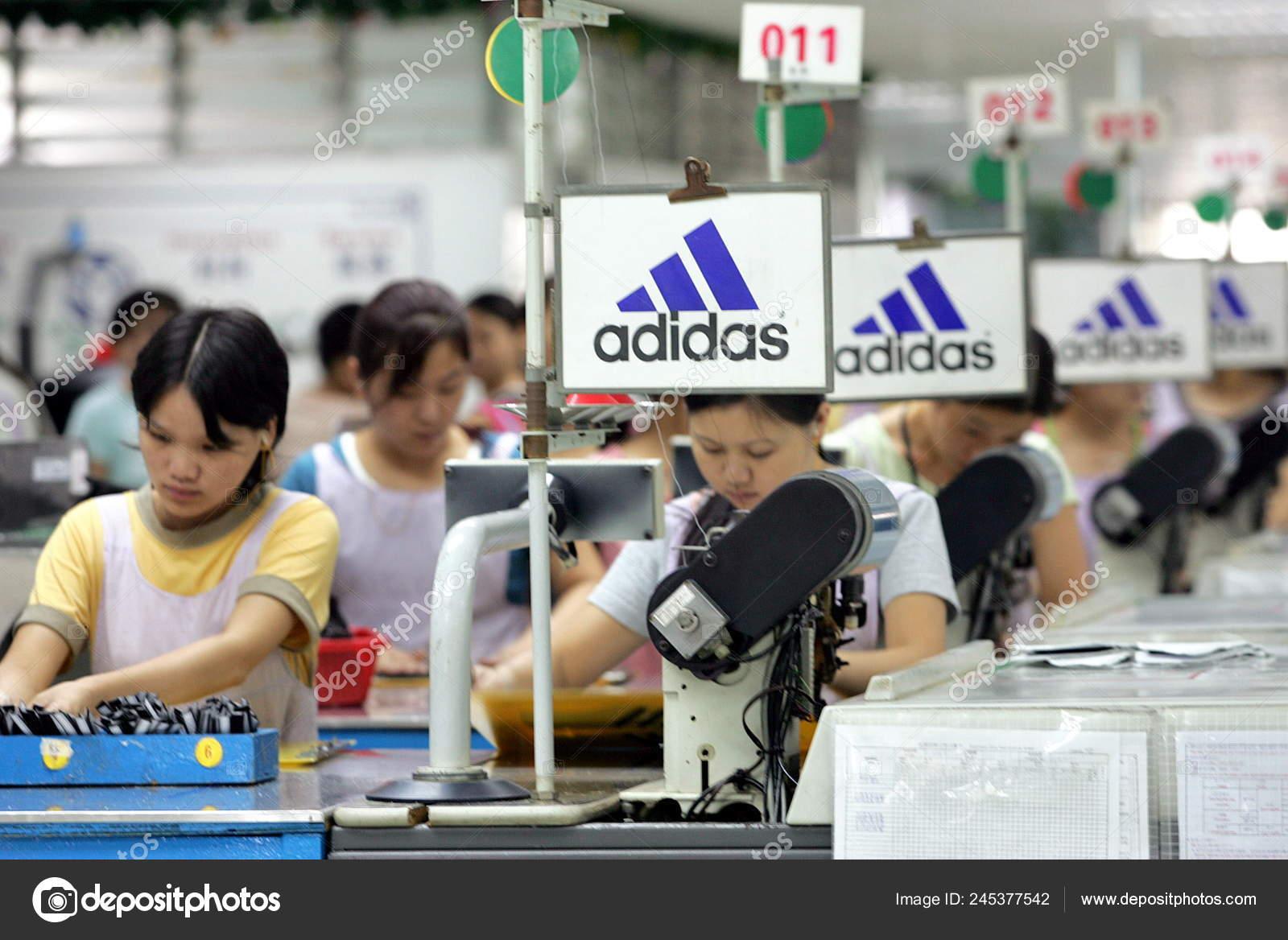 f8750a7a168b65 Los Trabajadores Fábrica China Que Hacen Zapatos Adidas Fábrica Yue — Foto  de Stock