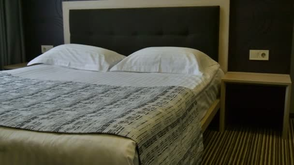 Výzdoba interiéru v ložnici. V hotelovém pokoji bez lidí dvakrát spát. Zpomaleně