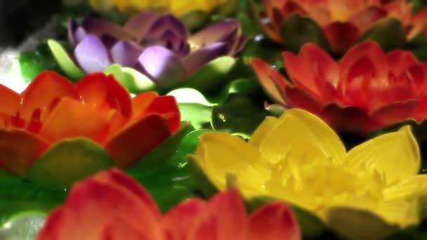 Měkký zaměřil dekorativní barevné a krásné umělé lekníny plovoucí na vodě