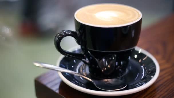 Cappuccino káva s srdce tvar latte art. Čeká někdo v kavárně