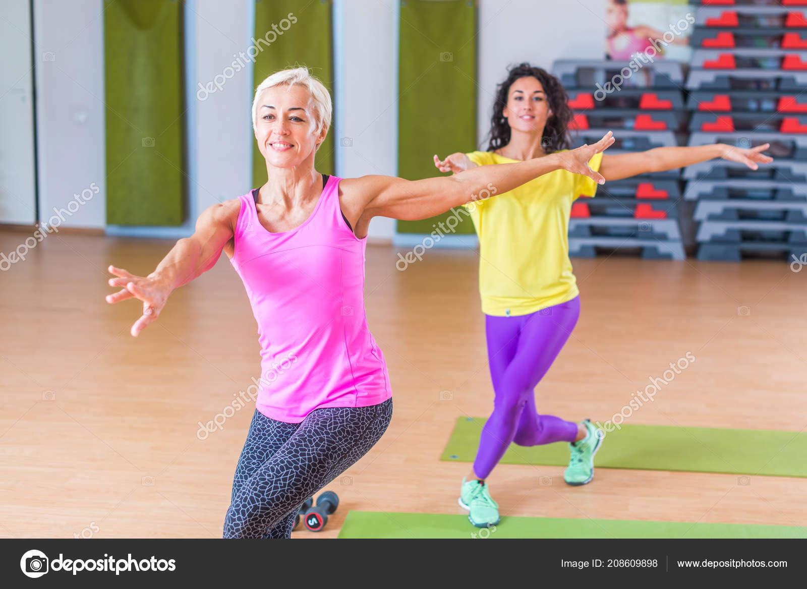 Zwei Gluckliche Weiblichen Fitness Modelle Tanzen Zumba Aerobic