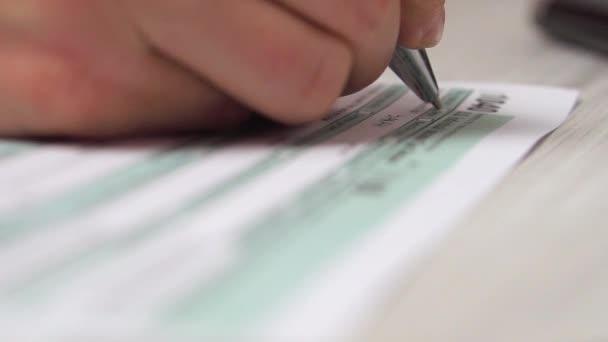 Detailní video žena plnění daňový formulář 1040 aon stůl vedle klávesnice počítače a Kalkulačka. 4k video