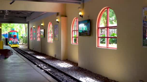 JOHOR, MALAYSIA - 27. Prosinec 2019: Turista v Legolandu Malajsie na miniaturním vlaku