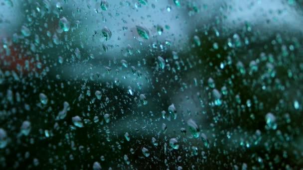 gocce dacqua in esecuzione su vetro