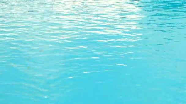Zavřít pohled jasný krásné modré tekoucí vody