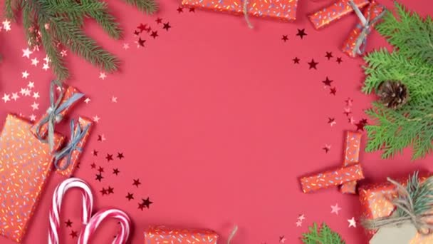 Vánoční pozadí 360 stupňů rotace. Jedlové větve, dárková krabice a konfety hvězda rotující na červeném pozadí. Koncept Nového roku dárky, slavnostní a sváteční nákupy