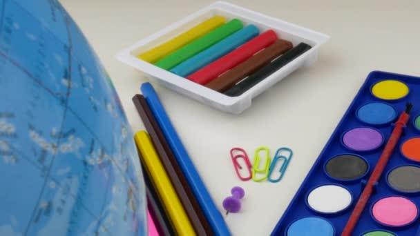 Iskolai íróasztal különböző színes kellékanyagok. Vissza az iskolai koncepcióhoz.