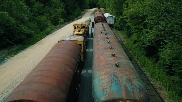 bzukot střela přes koleje plněné starými opuštěnými vlaky