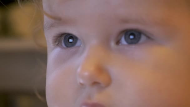 Porträt eines schönen blonden kleinen Mädchens Kind beim Fernsehen