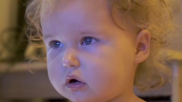 Porträt eines schönen blonden kleinen Mädchens Kind beim Anschauen des Fernsehers