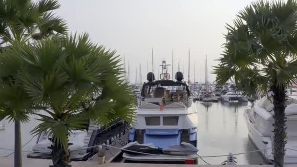 Légi megtekintése a drone a Yacht Club és Marina. Felülnézet Yacht Club. Fehér csónakok tengervízben. Marina dokk jachtok és kis moto. Yacht és vitorlás hajó