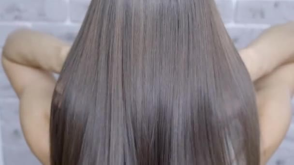 Výsledek po laminování a vyhlazování vlasů v salonu krásy pro dívku s hnědými vlasy. koncepce péče o vlasy